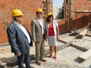Nikola Selaković (v strede), s Đorđom Radinovićom a Ružicou Nikolićovou na stavenisku novej budovy Základného súdu v Starej Pazovy  (Foto: A. Lešťanová)