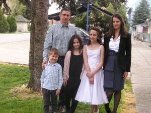 Rodina prvoradá: S manželkou Blaženou, synom Filipom a dcérou Miou pri príležitosti spovede manželkinej bratovej dcéry Niny Medovarskej (v strede) Foto: z archívu V. R.