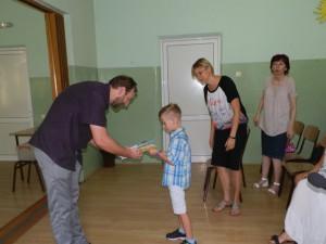 Darček NRSNM symbolicky jednému žiakovi 1. ročníka udelil Miroslav Kožík