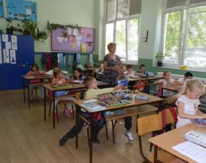 Učieľka Lýdia Gedeľovská so svojimi 24 žiakmi prvého ročníka