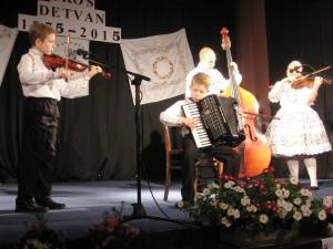 Vojlovické hudobné nádeje: Dávid Beška na husliach a Andrej Krištofík na harmonike za sprievodu trochu starších Ivany Ivaničovej a Daniela Gajana