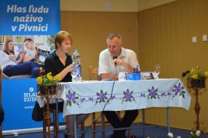 Redaktor Jaroslav Čiep počas rozhovoru s tajomníčkou MS Pivnica Vlastou Šusterovou-Červenou