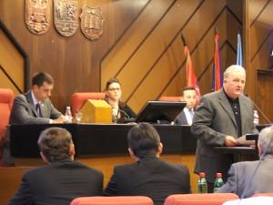 Návrh kádrových zmien za hovorňou zdôvodnil Aleksandar Milovančev, predseda Komisie pre kádrové, administratívne a mandátno-imunitné otázky (Foto: E. Šranková)