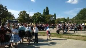 Množstvo tanečníkov, medzi nimi aj Erdevíčania, pred začiatkom tancovania (Foto: D. Berédiová)