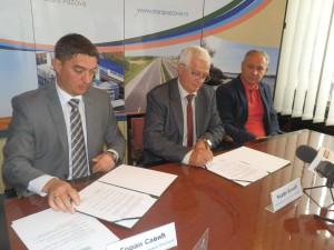 Zmluvy podísali (zľava) Goran Savić a Đorđe Božić