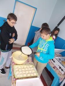 Chlapci šikovne chystali palacinky (Foto: Andrea Vanková)