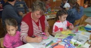 Aj na farebné papierové masky deti za pomoci starších využili bohatú obrazotvornosť