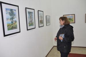 Obrazy si pozorne prezrela aj maliarova neter architektka Milina Sabová