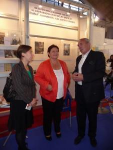 Dagmar Repčeková (uprostred) a Peter Tvrdoň otvárajú výstavu BIB v Belehrade