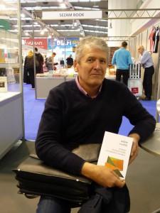 Adam Svetlík s autorským výtlačkom novej knihy