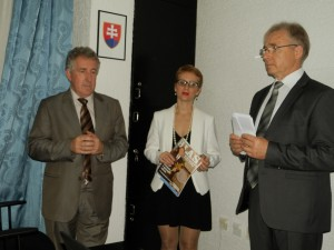 Predseda Správnej rady NVU HĽ Pavel Zima (zľava), šéfredaktorka Hlasu ľudu Vladimíra Dorčová-Valtnerová a riaditeľ NVU HĽ Samuel Žiak