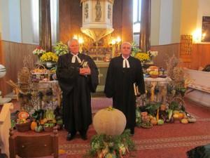 Pred vyzdobeným kysáčskym oltárom. Foto: Anna Bičiarová