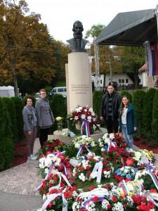 Delegácia z MSS v Uhrovci pri pomníku Ľudovíta Štúra