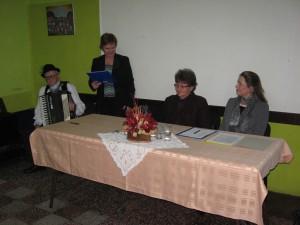Jaroslava Števková (vľavo) a Adela Obšustová (vpravo)sa poprechádzali 25 ročnými dejinami aradáčskeho MOMS