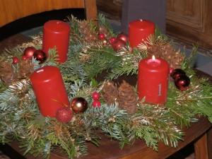 Prvá sviečka na adventnom venci je zapalená