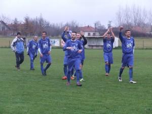 Hráči Mladosti pozdravujú svojich fanúšikov po výhre v Kulpíne (4 : 1)