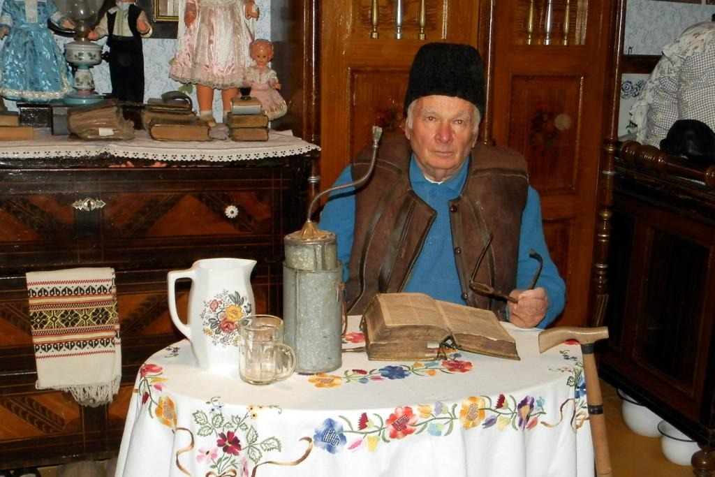 Vyzeralo to takto…(na snímke: Pavel Petráš v Slovenskom etno múzeu medzi svojimi exponátmi)