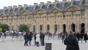 Parížske pamiatky si turisti aj tak nenechajú ujsť