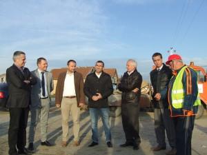 Pokrajinský tajomník Branislav Bogaroški (prvá zľava) s delegáciou, ktorá navštívila stavenisko kanalizácie v Selenči