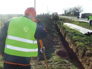 Veľmi významná je nivelizácia vykopaného kanálu, do ktorého vložia kanalizačné potrubie