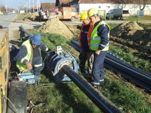 Robotníci novosadského SP Graditelj spájajú rúry