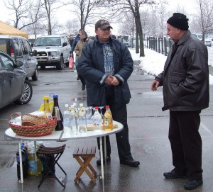 Nedali sa zahanbiť ani Aradáčania, ktorí návštevníkom vlaňajšieho festivalu klobás ponúkali chutné vína a pálenku