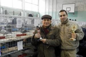 Odmenení Emil a Andrej Jonášovci vedľa holuba Šampióna športových holubov