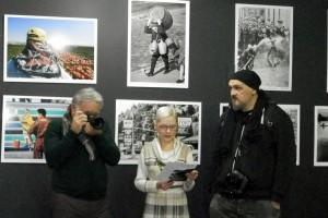 Výstava Putovanja tri objektiva je pútovného rázu a už koncom idúceho týždňa navštívi ďalšie prostredia vo Vojvodine. Na snímke: (zľava) Goran Kukić, Anna Žolnajová-Barcová a Igor Mandić