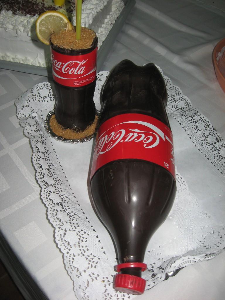 Torta v tvare známeho bendu Coca cola, upútala na seba pozornosť prítomných v sieni.
