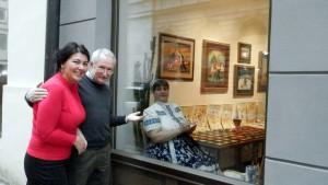 O výtvarnom kumšte insitných umelcov v Kovačici sa milovníci výtvarného umenia mohli dozvedieť priamo na tvári miesta. Na snímke Martina Ryšavá (SZSZ), P. Babka a vo výklade budovy SDP Zuzana Jarmocká