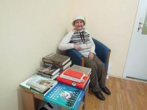 Novinárka Katarína Verešová s knihami v dopisovateľstve Hlasu ľudu v Starej Pazove