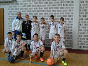 Mužstvo FŠ Mladosť B (ročník 2005/06) s trénerom Pavlom Spevákom prehralo tiež vo finále s tímom Krila Krajine