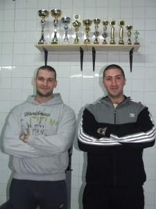 Miloš a Petar Beratovci (zľava) s množstvom pohárov, ktoré svedčia o ich úspechoch v silových športoch