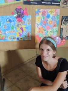 Monika Necpálová s detskými prácami, ale na podujatí Živé noviny v Pivnici (september 2015)