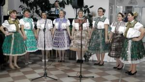 K slávnostnejšiemu ovzdušiu slovenskými piesňami prispeli aj členky speváckej skupiny pri Ženskom spolu v Kovačici