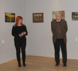 Pri obrazoch Samuela Uhríka jeho vnuk Víťazoslav Hronec a pravnučka Olena Grňová