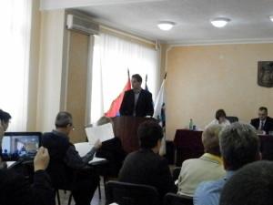 Momentka z dnešného zasadnutia ZO Kovačica. Na snímke za rečníckou tribunou je Marinko Čobanin, obecný prokurátor