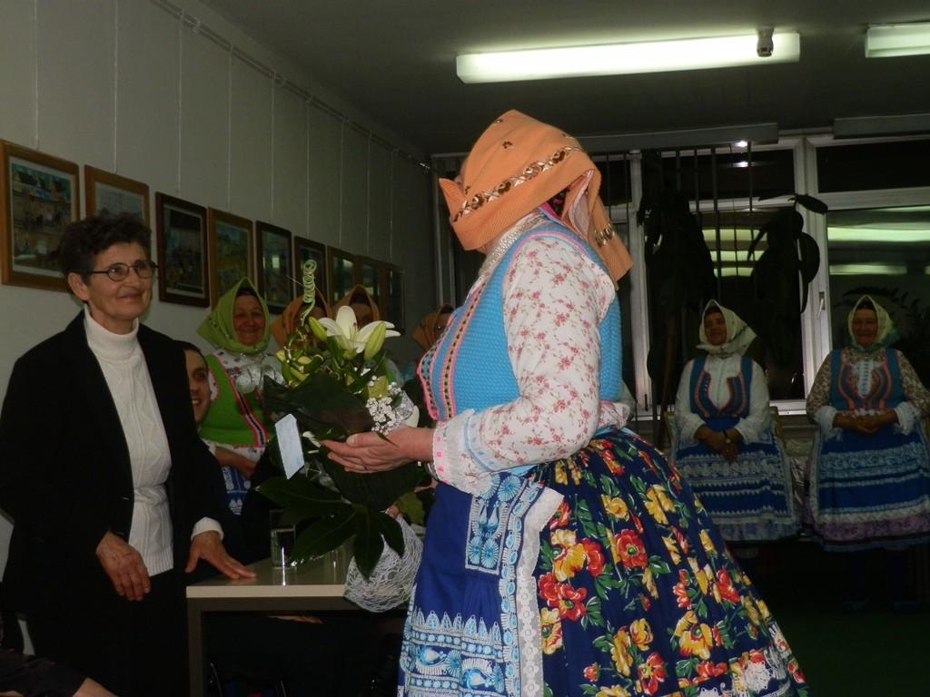 Anna Majorská (zľava) od členiek Združenia poazovských žien kde je tiež veľm aktívna dostala krásne kvety