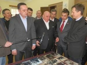Farár Igor Feldy (sprava) s predstaviteľmi koalície SSS – JS v Starej Pazove