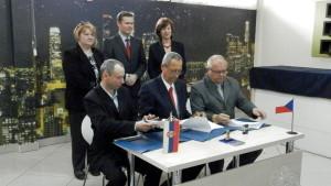 Dôležitou súčasťou zmluvy je aj výmena názorov, skúseností a odborníkov, ako aj organizovanie pracovných stretnutí v medziach činností úradov pôsobiacich na území zmluvných strán. Na snímke sú podpisovatelia slávnostného aktu (zľava sedia): Martin Markuš (AERD), Ján Husárik (Obec Kovačica) a Miloslav Hampel, predseda mikroregionu Stonávka v Českej republiky