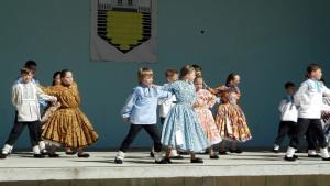 Krásou tradičných ľudových krojov malí účastníci programu prispeli k prvému ročníku podujatia Jarné kolo