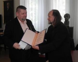 Cenu Nového života Michalovi Babiakovi (zľava) odovzdal Vladimír Valentík