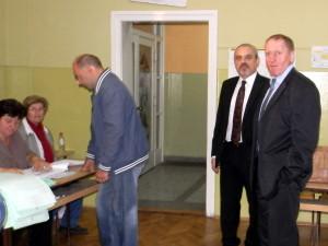 Voľby v Kovačici a pozorovatelia z Veľvyslanectva SR v Belehrade (Foto: A. Chalupová)