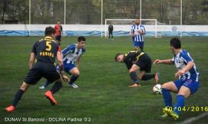 Milan Savić (5) a Ivan Subašić (na trávniku) v boji o loptu s hráčmi Dunava