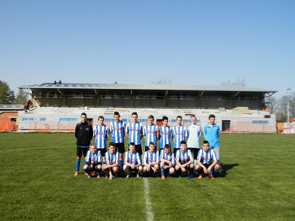 Žiacky celok FK Budúcnosť Hložany v nedeľu 3. 4. 2016 pred vyrastajúcou športovou halou a futbalovým hľadiskom