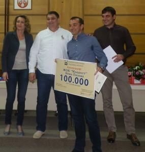 Hodnotný vaučer v rukách predstaviteľa klubu Mladost. Vedľa stoja (zľava) Libuška Lakatošová, Đorđe Radinović a Vebibor Katić