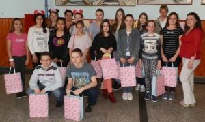 Odmenení žiaci s profesorkami, ktorí si dnes vyskúšali vedomosti zo slovenského jazyka v Starej Pazove