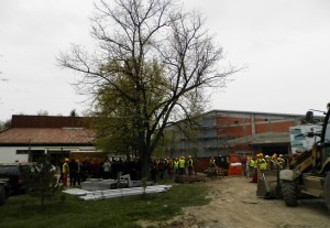 Hložančania a stavbári trpezlive čakali predsedu vojvodinskej vlády pred rozostavanou športovou halou