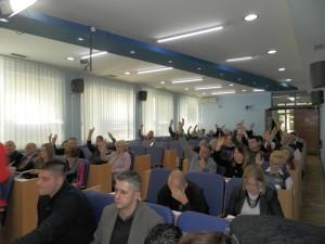 Záber zo schôdze zhromaždenia obce Báčska Palanka 24. decembra 2015. Ako to bude vyzerať o štyri mesiace neskoršie?