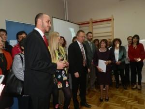 Z úspešne vykonanej adaptácie a rekonštrukcie všetci vyjadrili spokojnosť: Dr Bojan Pajtić (druhý sprava), Tanja Todorovićová a Nebojša Malenković so zamestnancami školy